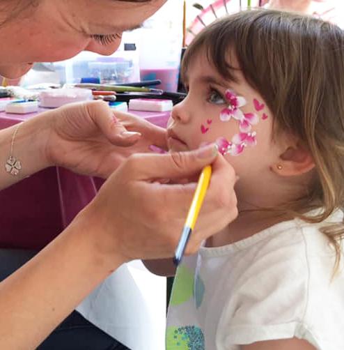 Maquilleuse entrain de maquiller une petite fille